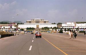 이슬라마바드 중심도로 Khyaban-e-Quaid-e-Azam의 동쪽끝에 있는 대통령관저 건물(중앙)과 국회건물(오른쪽)