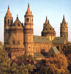보름스 대성당. 11세기에서 12세기 사이에 건립된 이 성당은 마인츠, 슈파이어 대성당과 함께 오토 왕조의 3대 왕실 성당중 하나이다.