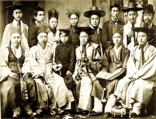 1883년 말 미국 방문 길에 나선 민영익과 개화파 일행이 일본에서  찍은 사진. 이들은 일년 뒤 개화의 속도와 방법론을 놓고 동지에서 적으로 갈라서게 된다. 앞줄 오른쪽에서 둘째부터 서광범·민영익, 맨 왼쪽이 홍영식. 뒷줄 왼쪽에서 네 번째에 유길준이 보인다. 앞줄에 보이는 어린이는 당시 게이오의숙에 유학 중이던 박용화이다.
